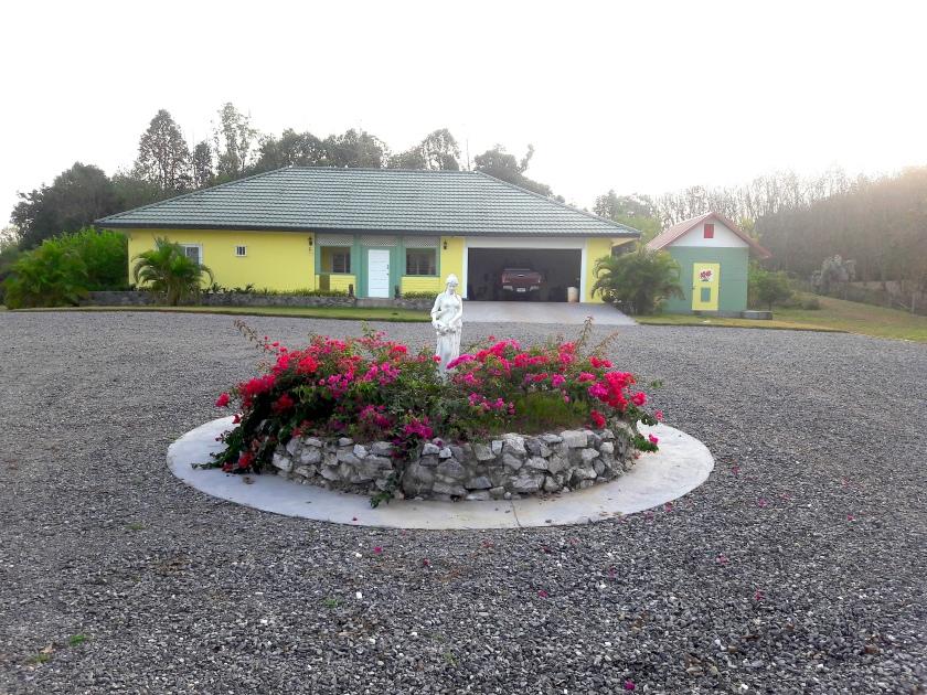 ขายบ้านใหม่และที่ดินวิวสวย พร้อมโฉนด 15 ไร่ ใกล้เมืองขายบ้านใหม่พร้อมที่ดินอยู่บนเนินเขามีวิวทิวทัศน์ที่สวยที่สุด (โฉนด 15 ไร่) สามารถมองเห็นวิวภูเขาได้ 180 องศาบ้านพร้อมเฟอร์นิเจอร์ใหม่และสามารถเข้าอยู่ได้เลย!!! อยู่ใกล้ตัวเมือง 12 กิโล (15-20 นาทีเข้าตัวเมือง) มีน้ำ (บ่อบาดาลลึก) และไฟฟ้า 3 เฟสพร้อมใช้ ถนนเข้าในเมืองสะดวกสบาย! เหมาะสำหรับคนที่ชอบอยู่กับธรรมชาติแบบสไตล์บ้านและสวน รูปทรงของที่ดินเป็นรูปทรงสี่เหลี่ยมจัตุรัสหน้ากว้าง 140 เมตร เราปลูกกล้วยหอม ส้มเขียวหวาน และผลไม้อย่างอื่นอย่างละนิดละหน่อย มีรั้วตาข่ายถักล้อมรอบที่ดินแปลงนี้สามารถเลี้ยงสัตว์เลี้ยงได้แบบปล่อยไม่ต้องกังวลหนีออกนอกบริเวณ มีความเป็นส่วนตัวและเงียบสงบเป็นที่พักผ่อนหย่อนใจได้เป็นอย่างดี ถ้าได้มาดูและชมคุณจะชอบที่นี่มากๆ (ทำเลของบ้านดีมากๆค่ะ หน้าบ้านเป็นภูเขาหลังบ้านก็เป็นภูเขา)